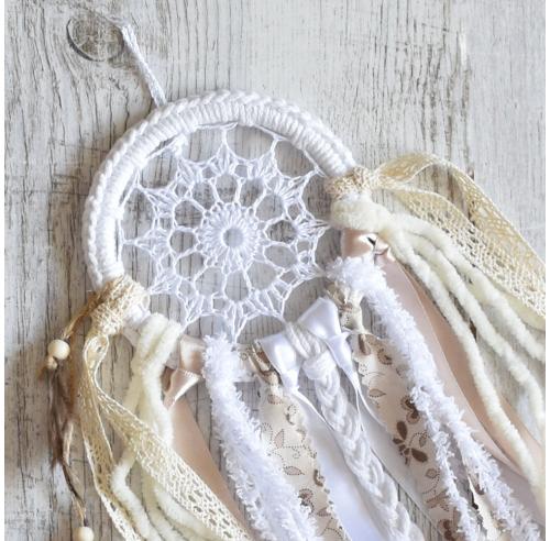 Malutki łapacz snów - dekoracja boho - piórka i koronka - rękodzieło - ALOM