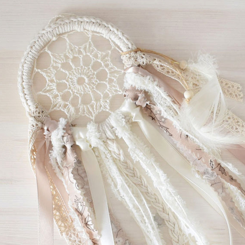 Mini łapacz snów - dekoracja boho - szydełkowa koronka, piórka - handmade - ALOM