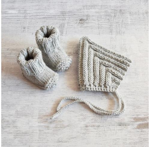 Czapka i buciki - ręcznie robione na drutach - ALOM